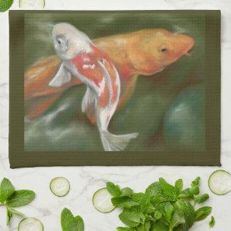 Koi orange et blanc avec la pierre moussue serviette éponge