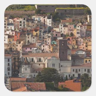 L Italie Sardaigne Bosa Vue de ville avec Caste Autocollant Carré