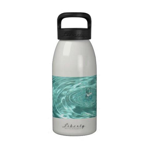 La baisse de l'eau bleue ondule la bouteille d'eau