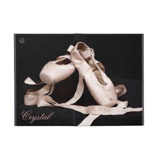 La ballerine de danse chausse la mini caisse d'Ipa