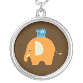 La bande dessinée d'escargot d'éléphant badine le pendentif rond