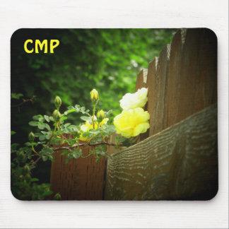 La barrière en bois et le rose jaune protègent vos tapis de souris