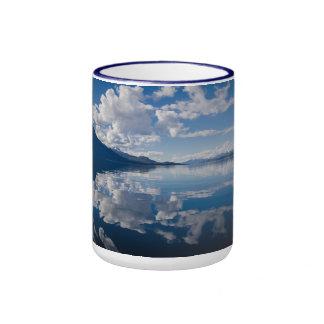 La beauté d'Eco arrose la tasse bleue de sonnerie