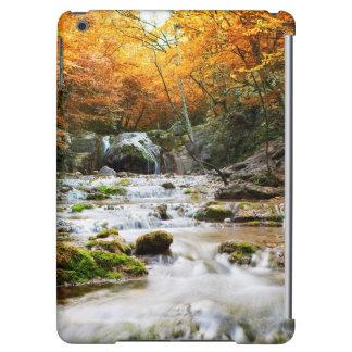 La belle cascade dans la forêt, automne