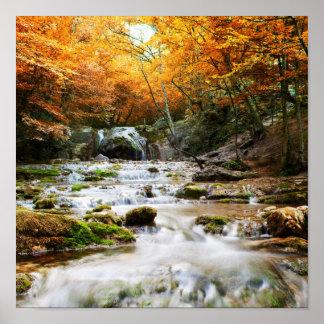 La belle cascade dans la forêt, automne posters