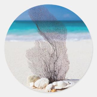 La belle eau de turquoise de plage et ciel bleu sticker rond