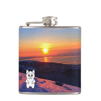 La bête de neige de coucher du soleil passe en flasques