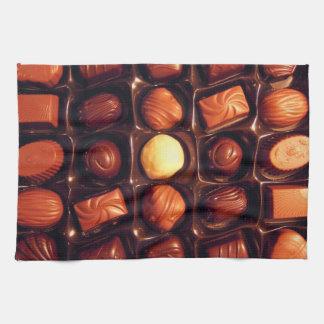 La boîte de chocolats a modelé la serviette