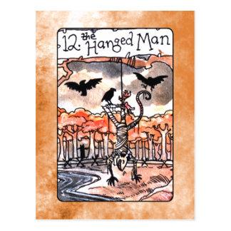 La carte de tarot accrochée d'homme