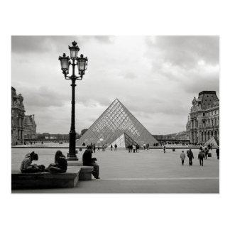 La carte postale en verre de pyramide de Louvre
