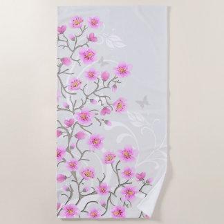 La cerise japonaise fleurit la serviette de plage