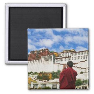 La Chine, Thibet, Lhasa, moine tibétain avec Potal Magnet Carré