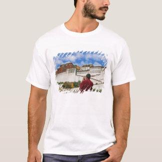 La Chine, Thibet, Lhasa, moine tibétain avec T-shirt