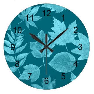 La chute part dans le bleu de paon, décor moderne grande horloge ronde