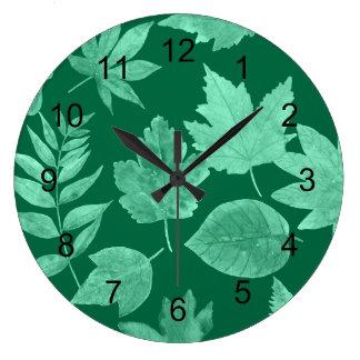 La chute part dans le vert vert, décor moderne grande horloge ronde