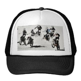 La course est allumée - des coureurs de motocross casquette de camionneur