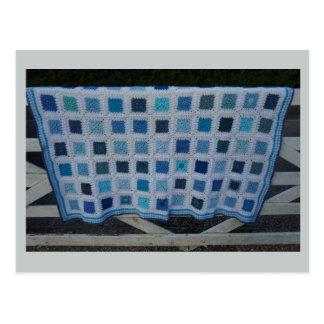 La couverture de crochet de bleus carte postale