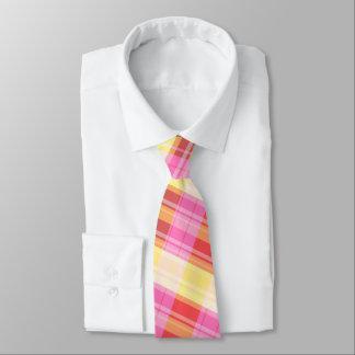 la cravate des hommes de plaid rouge, rose, jaune,