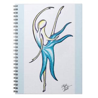 La danse comme personne observe le carnet de notes