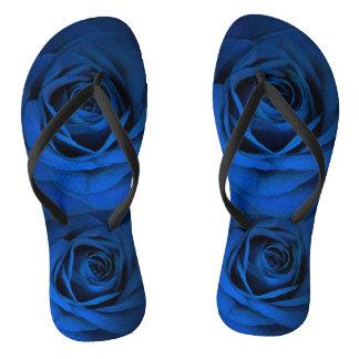 La douche bleu-foncé de rose chausse des bascules tongs