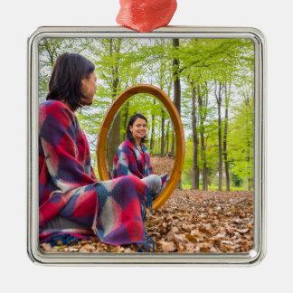 La femme s'assied avec le miroir dans la forêt ornement carré argenté