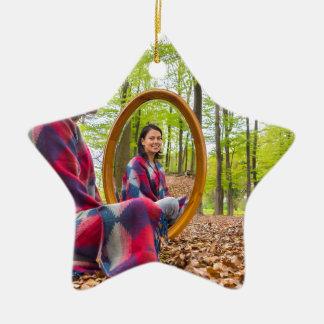 La femme s'assied avec le miroir dans la forêt ornement étoile en céramique