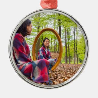 La femme s'assied avec le miroir dans la forêt ornement rond argenté
