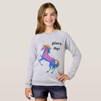 La fille croient dans le sweatshirt magique de