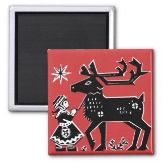 La fille de la Laponie tient l'aimant de Noël de r