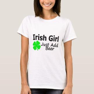 La fille irlandaise ajoutent juste la bière t-shirt