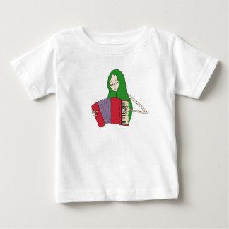 La fille joue le T-shirt d'accordéon pour des
