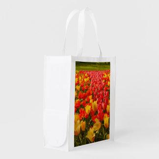 la floraison des tulipes sur le sac réutilisable