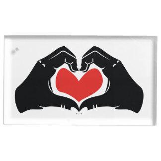 La forme de coeur remet l'illustration avec les porte-cartes de  table