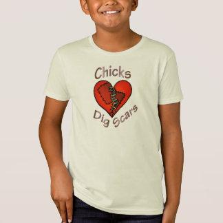 La fouille de poussins marque le T-shirt