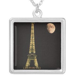 La France, Paris. Tour Eiffel la nuit avec Pendentif Carré