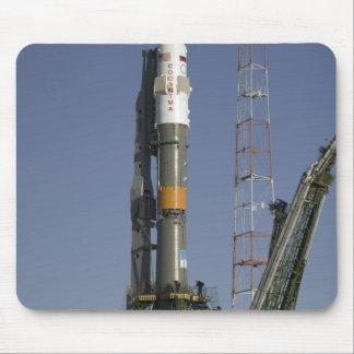 La fusée de Soyuz est érigée en le place 2 Tapis De Souris