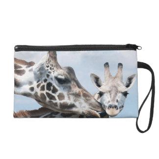 La girafe de mère embrasse son veau sac à main avec dragonne