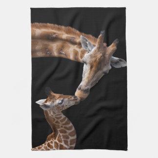 La girafe embrasse la serviette de cuisine