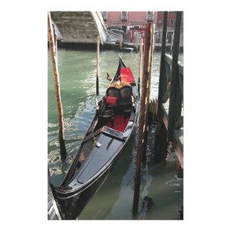 La gondole a amarré par le quai sur le canal de papeterie