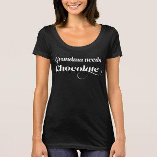 La grand-maman a besoin de chocolat t-shirt