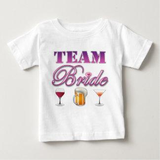 La jeune mariée d'équipe boit des demoiselles t-shirts