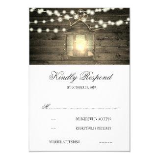 La lanterne florale en bois rustique allume carton d'invitation 8,89 cm x 12,70 cm