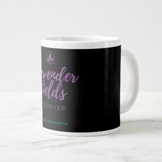 La lavande met en place la tasse de café