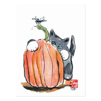 La libellule mène le chaton par la correction de carte postale