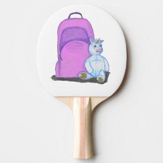 La licorne bourrée se repose par un sac à dos raquette tennis de table