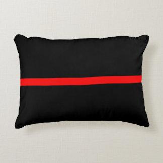 La ligne rouge mince symbolique déclaration sur a coussins décoratifs