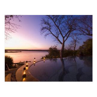 La loge de club de rivière, coucher du soleil sur cartes postales