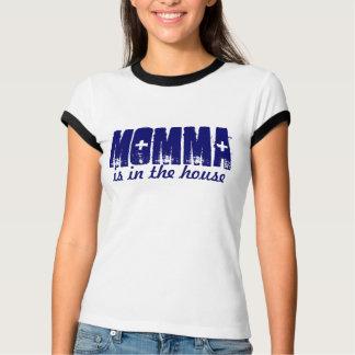 La maman est dans le T-shirt de maison