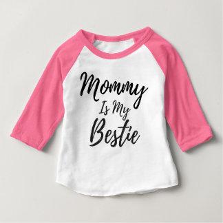 La maman est ma pièce en t de base-ball de bébé de t-shirt pour bébé
