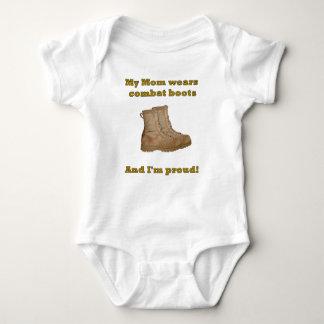 La maman porte des bottes de combat t-shirt